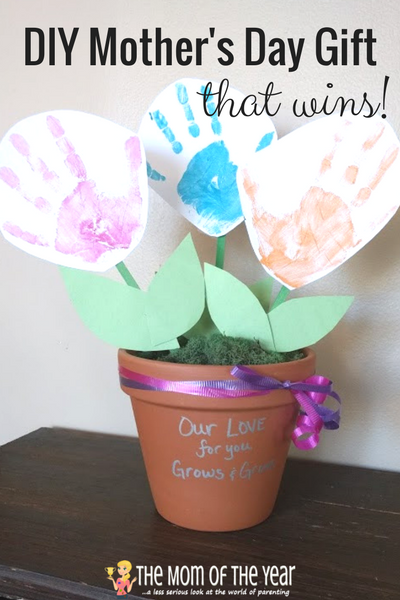 Need the perfect Mother's Day gift? These flower DIY Mother's Day gifts are such a hit with moms and grandmas alike! Get the kids ready for a fun project and save money with this super idea for DIY project!